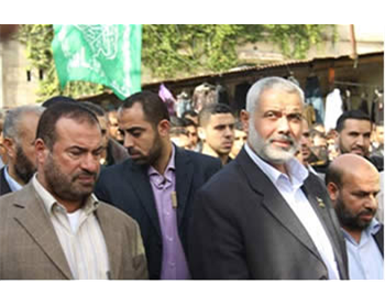 Fathi Hamad, minister of the interior in the Hamas administration (left), and Ismail Haniya, head of the administration, at the funeral of Muhammad al-Kilani (PALDF forum website)