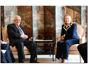 Mahmoud Abbas meets with American Secretary of State Hillary Clinton.