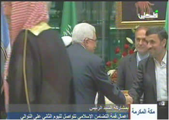 Mahmoud Abbas shakes hands with Ahmadinejad at the emergency summit meeting in Mecca (Picture from Filastin TV, August 14, 2012).