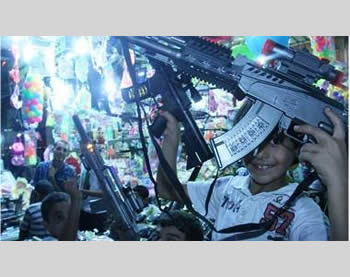 Toy weapons sold in the markets of the Gaza Strip for Eid al-Fitr (Picture from the Filastin al-'Aan website, August 19, 2012).