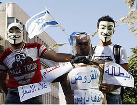 Demonstrators holding an effigy of Salam Fayyad with an Israeli flag before setting it on fire (Felesteen al-Aan, September 5, 2012).