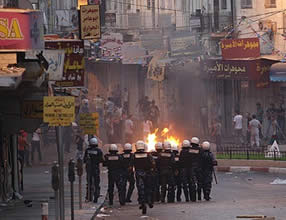 Demonstrators in Nablus confronting Palestinian security forces (Felesteen al-Aan, September 11, 2012)