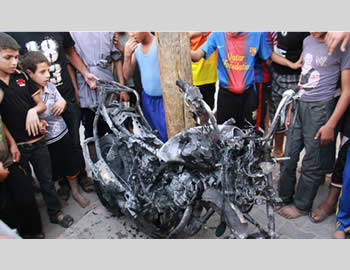 The motorcycle ridden by the two terrorist operatives in Rafah (Filastin al-'Aan, October 8, 2012).