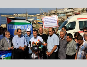 Press conference held in the Gaza Strip to protest the Israeli takeover of the Estelle, attended by anti-Israeli professor Noam Chomsky (in the white hat) (Filastin al-'Aan, October 20, 2012).