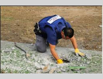 Police demolitions expert removes the remains of a rocket (Israel Police Force Facebook page, November 17, 2012).