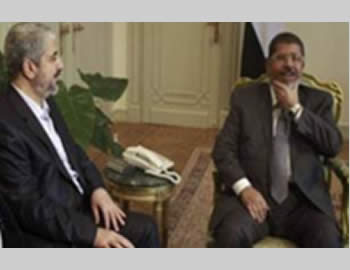 Egyptian President Mohamed Morsi (right) meets with Khaled Mashal  (Al-Alam TV, November 19, 2012).