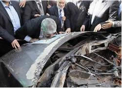 Khaled Mashaal kisses a poster glued to the remains of the car in which Ahmed Jaabari was killed (Facebook page of Gaza Mubasher, December 8, 2012).