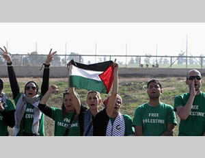 Members of the EuroPalestine delegation create a display near the security fence (Shihab website, December 31, 2012)