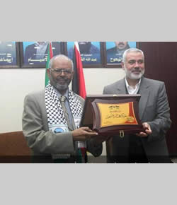 Ismail Haniya presents the president of Sudan with a plaque to commemorate Hamas' so-called victory in Operation Pillar of Defense (Palinfo website, January 12, 2013).