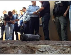 Direct rocket hit in the yard of a house in the Israeli southern city of Sderot (Sderot Media Center, March 21, 2013).