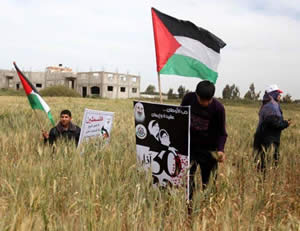 Palestinian demonstrators in the Gaza Strip exploit Land Day events to approach the Israeli border