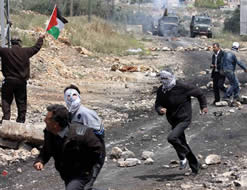 Palestinians, some of them masked, confront Israeli Border Guards at the weekly riot in the village of Qadoum [west of Nablus] held as part of the violent protests in the vicinity of the security fence (Wafa News Agency, April 19, 2013)