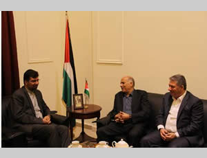 Jibril Rajoub (center) with the Iranian ambassador to Lebanon (left) (Wafa News Agency, April 29, 2013).