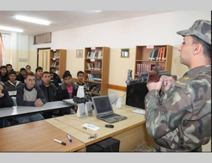 An officer from a Hamas security force teaches Al-Futuwwa students about weapons at a school in the northern Gaza Strip (Al-Futuwwa Facebook page, March 26, 2013)