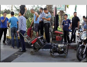 Gazans wait in line to fill up vehicles and generators with fuel (Filastin al-'Aan, September 1, 2013).
