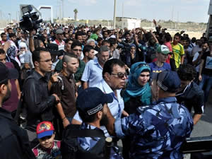 Gazans protest the closing of the Rafah crossing (Paltoday website, September 29, 2013).