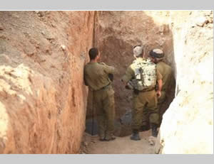 IDF soldiers examine the tunnel entrance (Photo by Edi Israel for NRG, October 13, 2013).