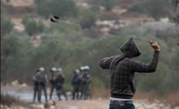 Palestinians throw stones during a confrontation with Israeli security forces in the Nablus region (Filastin Al-'Aan, October 8, 2013).