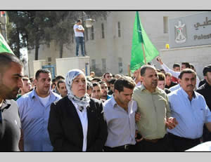 Layla Ghanem, left, governor of the Ramallah district, at the funeral of terrorist operative Muhammad 'Asi (Facebook page of the Friends of Layla Ghanem, October 23, 2013)
