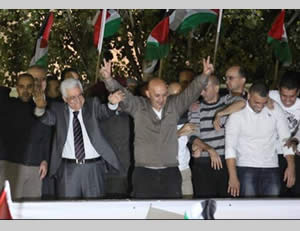 The reception held for the Palestinian terrorist operatives at the Muqata'a in Ramallah, attended by Mahmoud Abbas (Wafa News Agency, October 30, 2013).