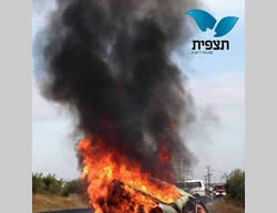 The burning Israeli civilian car near Tekoa, destroyed by a Molotov cocktail (Tazpit News Agency, November 8, 2013)