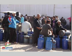 Gazans wait to have their gas bottles filled (Filastin Al-'Aan, November 9, 2013).