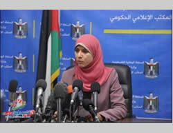 Hamas administration English-language spokeswoman Asraa al-Mudallal at a press conference about the problems of supplying electricity to the Gaza Strip (Filastin Al-'Aan, November 10, 2013).