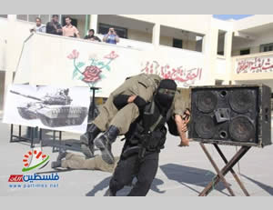 Al-Futuwwa participants simulate the abduction of an IDF soldier (Website of the Hamas administration's ministry of the interior, November 20, 2013)