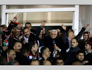 Mahmoud Abbas greets the prisoners in Ramallah (Wafa News Agency, December 21, 2013).