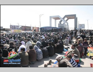 Mass prayers held in front of the closed Rafah crossing (Filastin Al-'Aan, February 28, 2014)