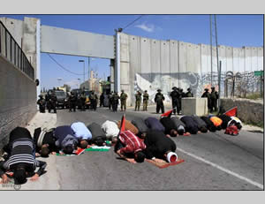 Palestinians in Bethlehem block the Rachel crossing to the passage of vehicles (Wafa News Agency, April 4, 2014).