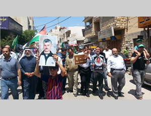 Fatah-Hamas march in Tulkarm. The child (third from left) holds a picture of arch-terrorist Abbas Sayyid (Palestine-info.info, May 9, 2014)
