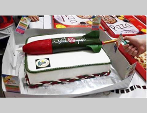 Birthday cake decoration in the Gaza Strip: a model of an M75 rocket (Facebook page of 'Aza al-A'an, April 5, 2014).
