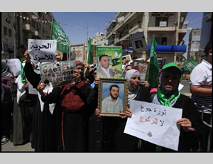 Hamas march held in Ramallah to support the hunger-striking prisoners (Paltimes.net, May 30, 2014).