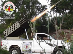The PIJ's military-terrorist wing displays a rocket launcher mounted on a pickup truck and firing rockets (Saraya.ps, July 9, 2014).