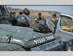 Border Police soldiers stop the car (Facebook page of the Israel Police Force, July 27, 2014)