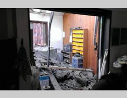 A residential building in the western Negev hit by a mortar shell. An Israeli woman sustained moderate injuries (Western Negev Regional Council Spokesperson, July 27, 2014).