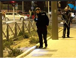 Israeli security forces search the area of the attack (Photos by Hillel Meir for Tazpit.org.il, November 16, 2014)
