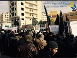 Salafist-jihadi operatives demonstrating in front of the French Cultural Center in Gaza and waving black flags (Quds Net, January 19, 2015)