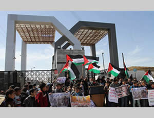 School children demonstrate at the Rafah crossing (Facebook page of PALINFO, February 26, 2015)