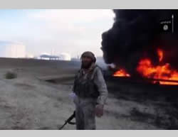 ISIS operative calling on Muslims to wage a jihad against the infidels, with the refineries in the background (Isdarat al-Dawla al-Islamiyya, April 29, 2015)