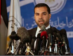 Iyad al-Bazam at the press conference where he accused the PA of responsibility for bombings in the Gaza Strip intended to plunge the Gaza Strip into a