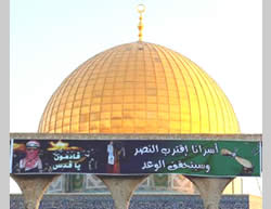 A Hamas military-terrorist wing banner on the Temple Mount for Eid al-Fitr.