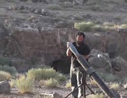 ISIS operative launching a mortar shell at a Syrian Army training ground near the village of Al-Huquf (ISIS-affiliated Twitter account, August 22, 2015)