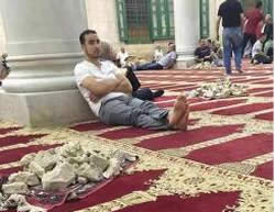 Muslim worshippers on the Temple Mount sitting near a pile of stones before throwing them at the Israeli security forces (Gaza Alan's Twitter account, September 14, 2015).