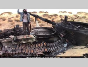 Charred wreckage of an Egyptian M60 tank blown up by ISIS operatives in Sinai (justpaste.it website, October 24, 2015)