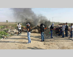 Palestinians clash with the Israeli security forces on the Israel-Gaza Strip border  (Facebook page of Gaza al-A'an, November 27, 2015).