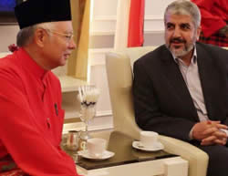 Khaled Mashaal and Prime Minister Razak of Malaysia (Facebook page of Shihab, December 9, 2015)