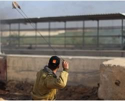 Palestinians throw stones near the Erez crossing (Facebook page of Quds, January 22, 2016).