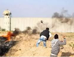 Palestinians riot near the Erez crossing in the northern Gaza Strip (Facebook page of Quds, February 5, 2016).